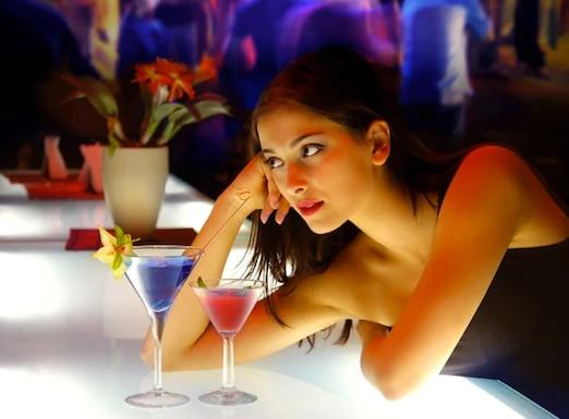 Cómo ser la chica del bar con la que quieren hablar los tíos